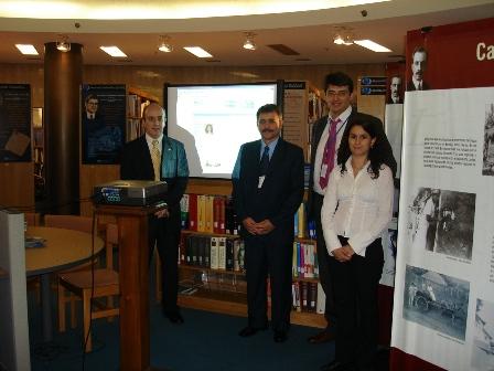Biblioteca de la Sede de OPS mostrando la nueva web 2.0 de la OPS en Cuba al Delegado de Cuba en el Consejo Directivo de OPS del 2008